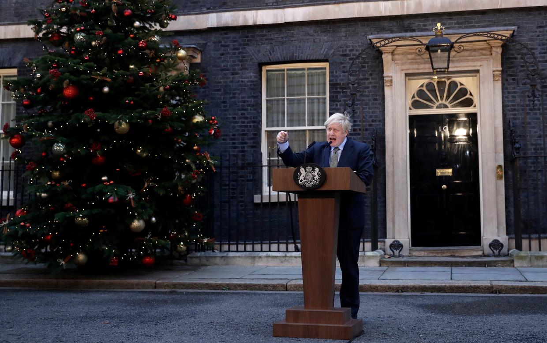 De Britse premier Johnson spreekt vrijdag buiten ambtswoning 10 Downing Street, een dag na de monsterzege van zijn Conservatieve Partij in de parlementsverkiezingen. Beeld null