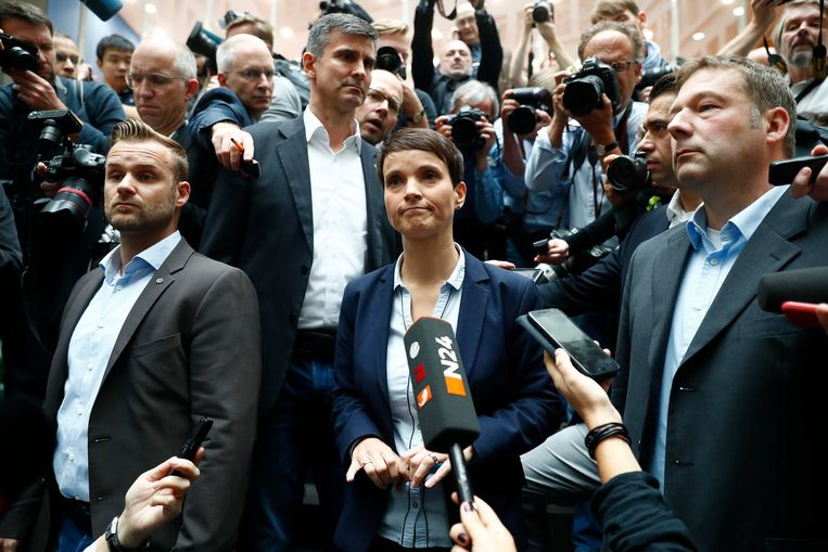 ► Voorzitter van AfD Frauke Petry staat de pers te woord in Berlijn. Beeld REUTERS