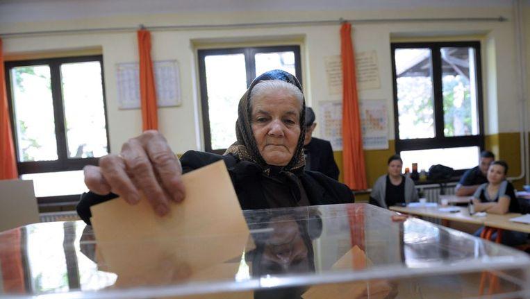Een vrouw brengt haar stem uit in Belgrado. Beeld afp