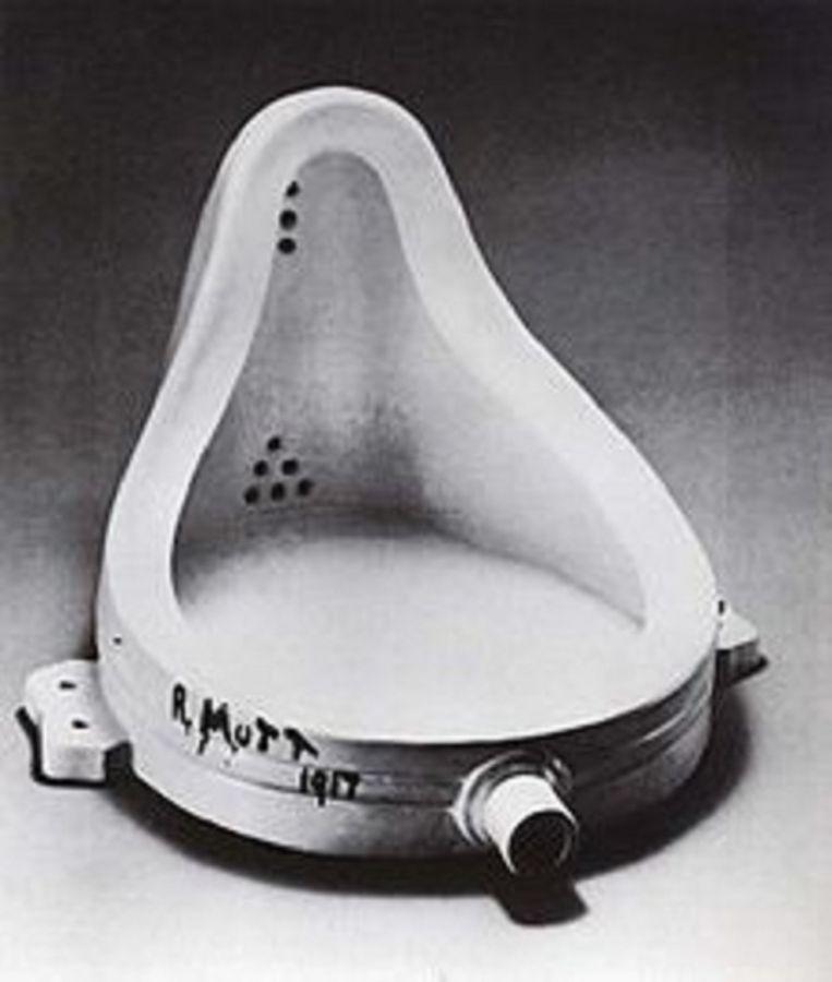 De readymades van Marcel Duchamp hadden effectief als doel een gebruiksvoorwerp uit de realiteit te halen, het in een andere context te plaatsen en het publiek er op die manier met nieuwe ogen naar te laten kijken. Beeld kos