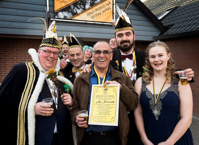 Archieffoto. Feestje van carnavalsvereniging De Kwakbollen. Prins Dagobert XLIV (links), Marco van Schaik, Ap Niewold, Kees Kramer en Prinses Maaike.