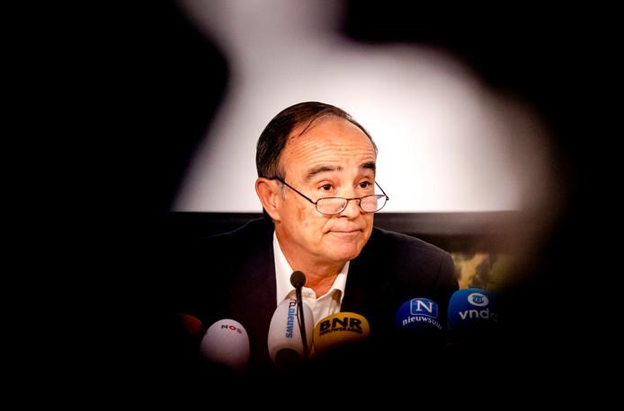 Oud-piloot Julio Poch tijdens een persconferentie op Schiphol