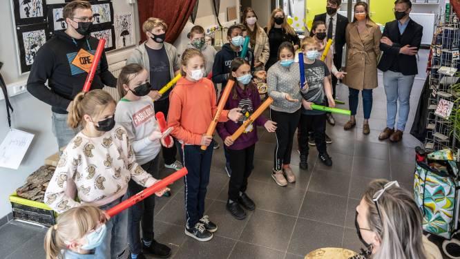 Laatstejaarsstudenten Oscar Romerocollege schenken spaarpot aan Het Laar