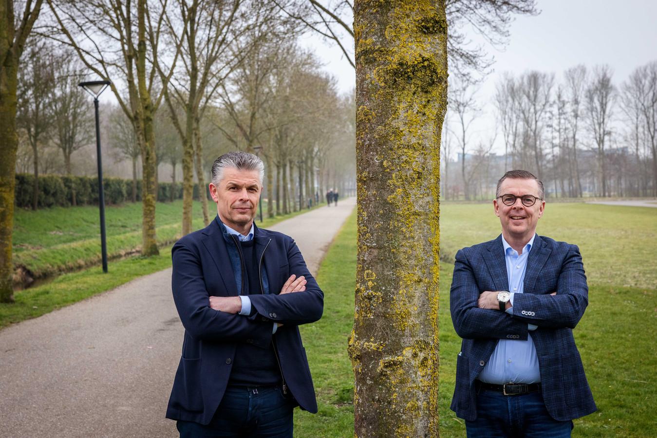 Rien (l) en Kees Heutink van het jubilerende bouwbedrijf uit Genemuiden, dat honderd jaar bestaat en dus honderd bomen schenkt aan de gemeente Zwartewaterland.