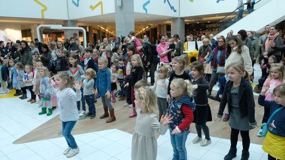 Een aantal kinderen kon niet stil blijven zitten en danste vrolijk mee