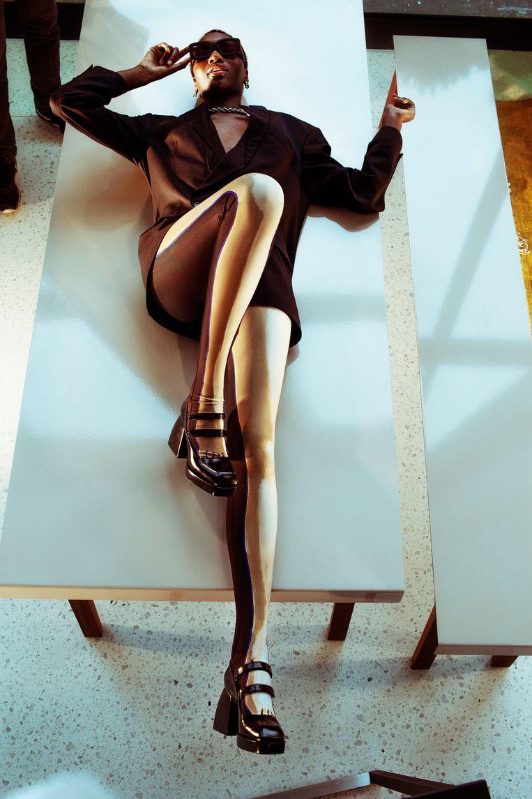Blazer: Marina Yee bij Stijl. Legging: Dirk Van Saene bij Stijl. Schoenen: Nodaleto bij Stijl. Zonnebril: Komono. Oorringen + halsketting: Calvin Klein. Beeld LALO + EVA