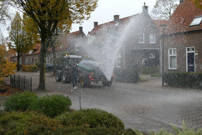Met de gierton wordt een forse regenbui nagespeeld in de Jhr. Van Rijckevorselstraat in Den Dungen. Er wordt 4000 liter water op de straat gespoten.