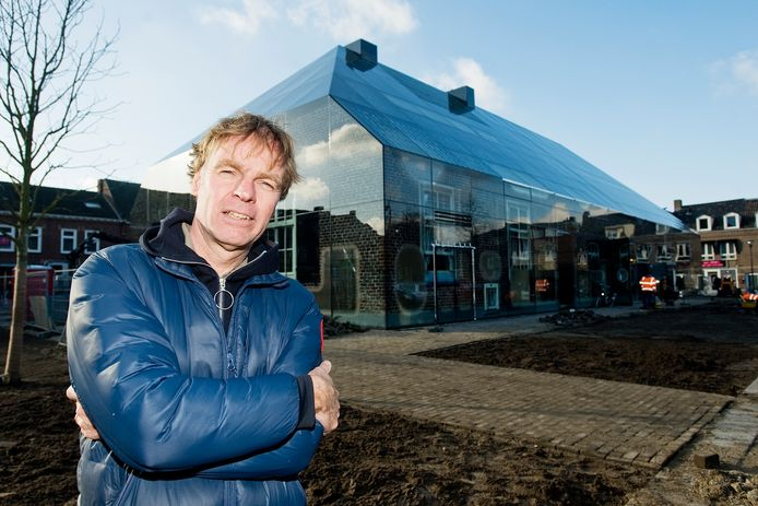 Oud-Schijndelaar Winy Maas ontwierp eerder al de Glazen Boerderij op de Markt van Schijndel, hij wil nu ook graag meewerken aan een nieuw ontwerp voor de toekomstige bestemming van het oude gemeentehuis in zijn oude woonplaats.