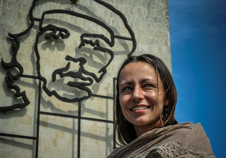 Dutch national  Tanja Nijmeijer, member of Colombia's FARC-EP left-wing guerrillas, poses by a Che Guevara sculpture at Revolution Square in Havana, on November 15, 2012.  Nijmeijer is in Cuba as part of the FARC delegation to the peace talks with the Colombian government.         AFP PHOTO/ADALBERTO ROQUE Beeld AFP