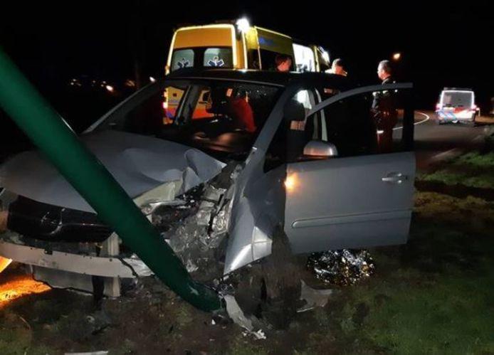 De auto knalde tegen een lantaarnpaal.