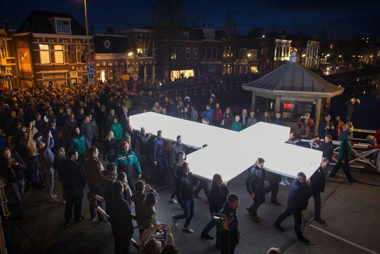 De processie met het witte kruis van The Passion in de straten van Leeuwarden.  Beeld ANP Kippa