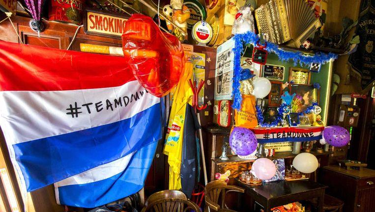 De stamkroeg van Douwe Bob, café Hermes, is goed versierd. Beeld anp