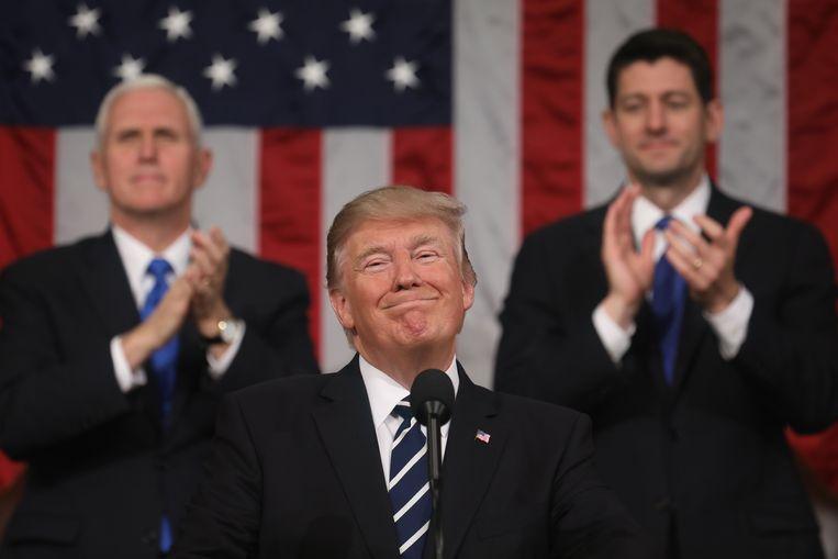 Donald Trump krijgt applaus van vicepresident Mike Pence (links) en Paul Ryan tijdens een toespraak in Washington. Beeld EPA