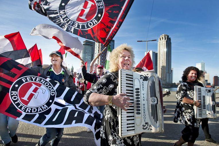 Feyenoordfans en operazangers lopen in 2015 op Katendrecht in Rotterdam om Feyenoord de Opera te promoten. Beeld null