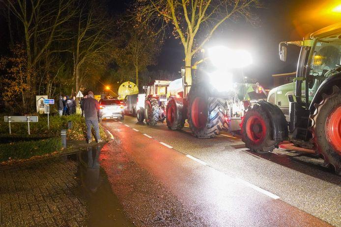 De boeren rijden naar het huis van Van Eerd.