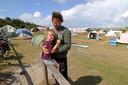 Dennis Eilbracht met dochter Liz op het kampeerterrein Stortemelk op Vlieland.