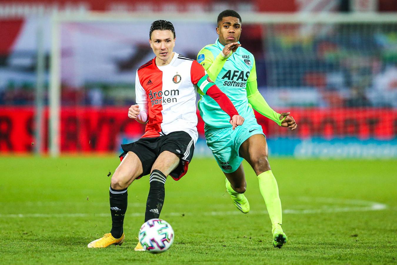 Steven Berghuis in duel met Myron Boadu, maker van de 1-2 en 2-3 namens AZ.