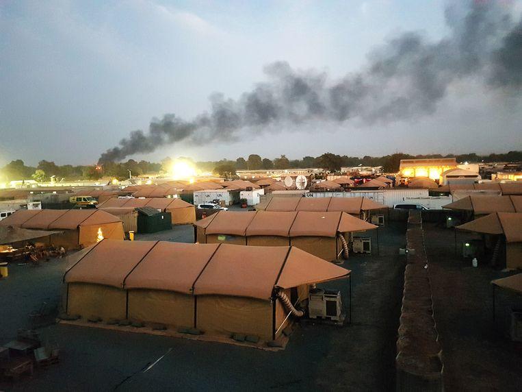 Een kamp van Belgische militairen in Bamako, Mali, oder de rook van burn-pits. Beeld RV