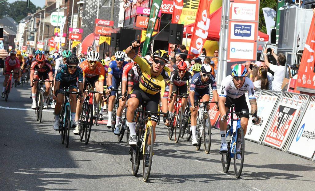 Dylan Groenewegen wint de vierde etappe van de Ronde van Wallonië.