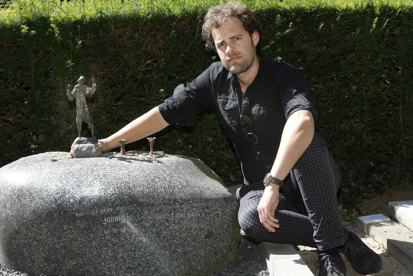 Tibo Bakker bij het vernielde graf.