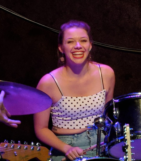 Muzikanten herdenken doodgestoken Sarah (21) in haar favoriete pub, Joel S. uit Eindhoven nog vast