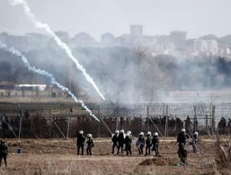"""Griekse premier Mitsotakis: """"Vluchtelingendeal met Turkije is dood"""", rookbommen en traangas ingezet aan grens"""