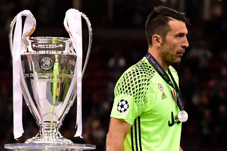 Juventus' Italian goalkeeper Gianluigi Buffon walks past the trophy after Real Madrid won the UEFA Champions League final football match between Juventus and Real Madrid at The Principality Stadium in Cardiff, south Wales, on June 3, 2017. / AFP PHOTO / JAVIER SORIANO Beeld null