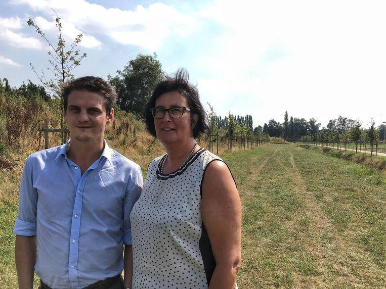 Schepen Filip Kegels en collega Ingeborg De Meulemeester hopen van het Levensloopbos een jaarlijkse traditie te kunnen maken.
