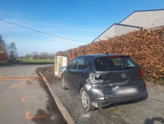 Bestuurder (21) haalt na aanrijding nummerplaten van voertuig en vlucht weg: ongeval pas drie uur later ontdekt