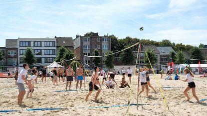 Strandvolleyballers leven zich uit op Niel Plage