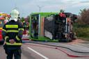 Een brandweerman kijkt naar het wrak van de Flixbus.