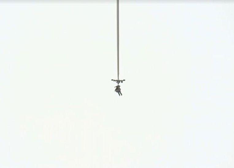 Eustace wordt zonder capsule door een ballon omhoog getrokken Beeld PSDC