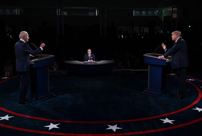 Biden en Trump stonden tijdens het eerste debat op slechts enkele meters afstand van elkaar. Beeld EPA
