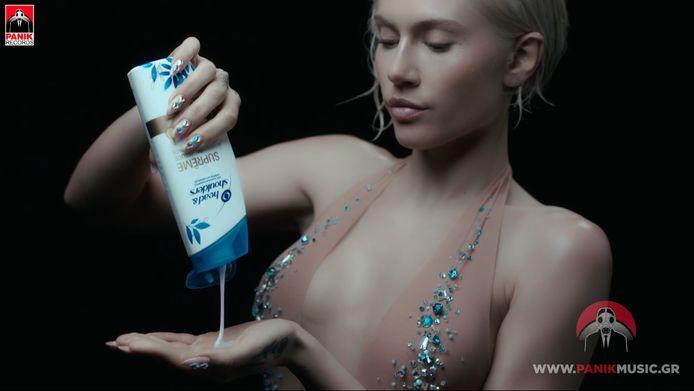 Elena Tsagrinou met haar shampoo in de clip van El Diablo
