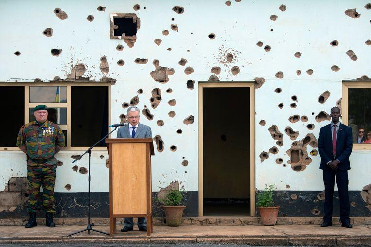 Minister Didier Reynders brengt in 2014 hulde aan de 10 Belgische para's in Kamp Kigali voor het lokaal waar ze werden vermoord, maar de nabestaanden vinden dat de regeringsleden uit 1994 berouw moeten tonen. Beeld Photo News