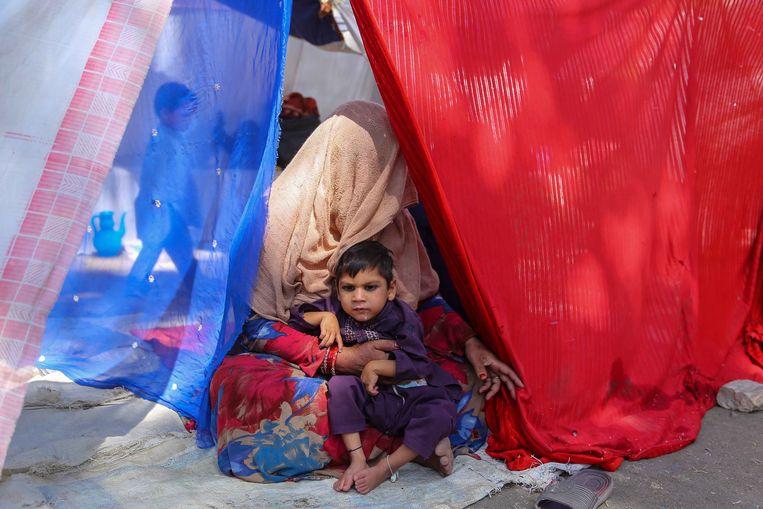 Afghaanse vluchtelingen in een tijdelijk tentenkamp in Kabul.  Beeld EPA