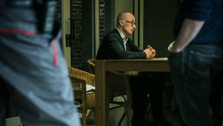 Alain Heymans is een van de vele gedupeerden in Herne bij wie ingebroken is. Een Securitas-bewakingsagent moet toekomstige inbraken helpen te voorkomen. Beeld © bas bogaerts