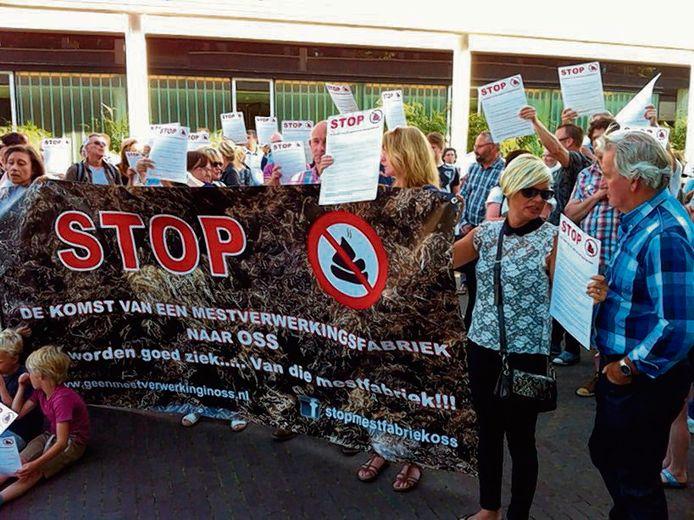 Protest tegen de komst van de mestfabriek voor het gemeentehuis van Oss.