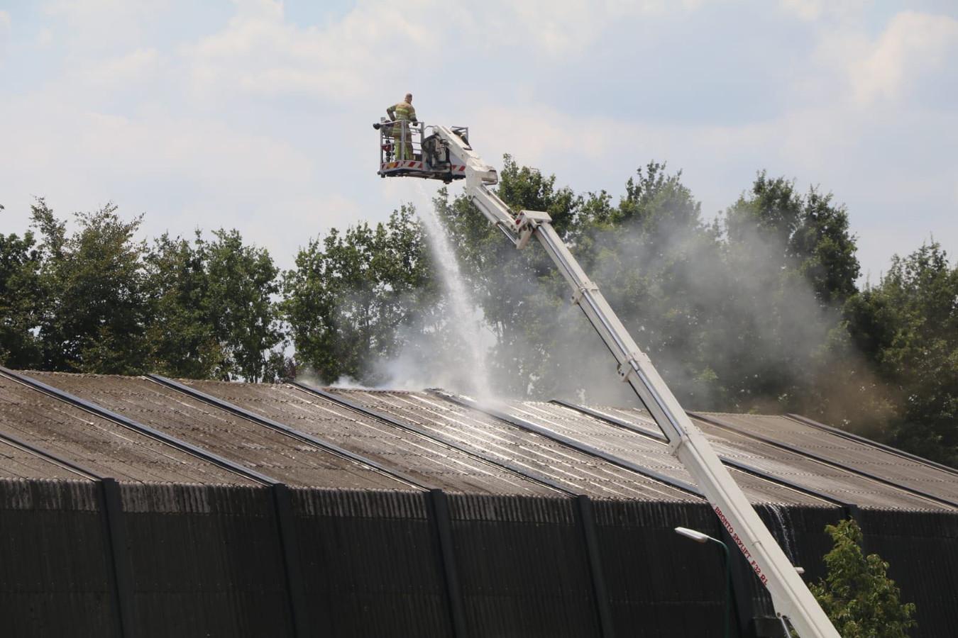 De brand was voornamelijk in het dak van de sporthal.