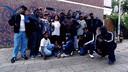 Leden van de Crips poseren in het Haagse Schipperskwartier. Blauw is de kleur die overheerst in hun kleding, geïnspireerd door een gang uit Los Angeles. Geheel rechts Keylow.