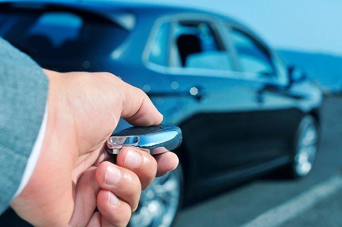 Bei schlüssellosen Diebstählen fangen Diebe das Schlüsselsignal des Autos über ein elektronisches System ab.