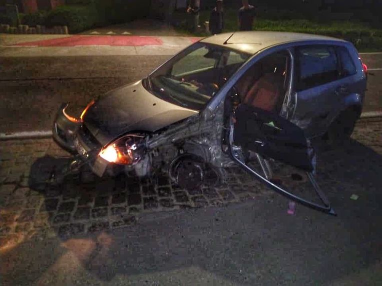 De bestuurder verloor tijdens de crash zijn linkervoorwiel.