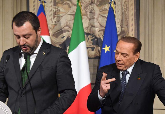 Berlusconi (r.) samen met Lega-voorzitter Matteo Salvini (l.) tijdens een eerdere persconferentie na gesprekken met Italiaans president Mattarella.