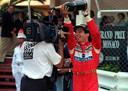 Senna giet champagne over de cameraman heen.