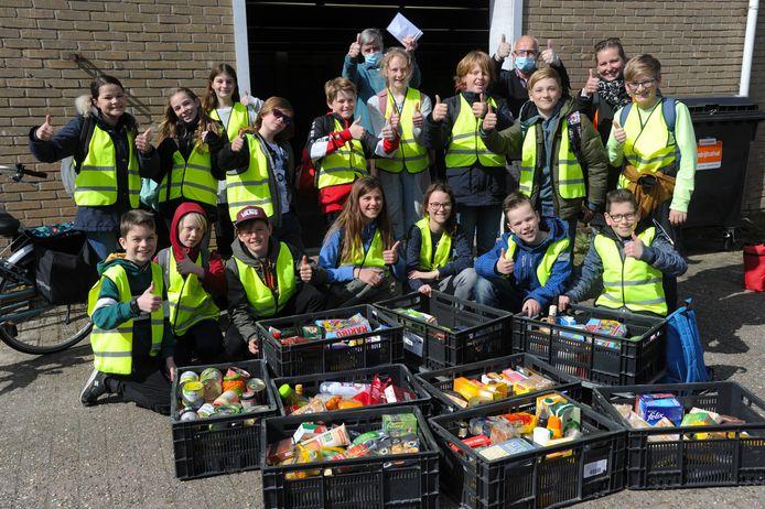 Schoolklas doneert voedselpaketten aan de voedselbank.