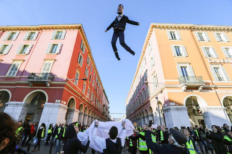 Een pop met de gelijkenis van president Macron wordt gelanceerd in Nice. Beeld AFP