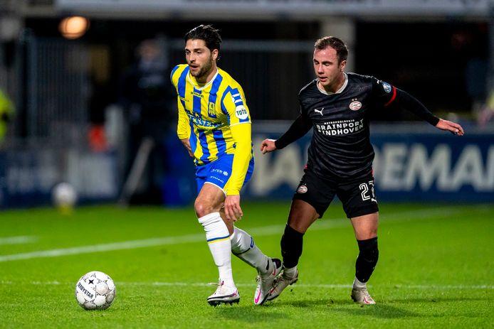 Mario Götze (rechts) in duel met Paul Quasten van RKC in het uitduel van PSV in Waalwijk eerder dit seizoen.