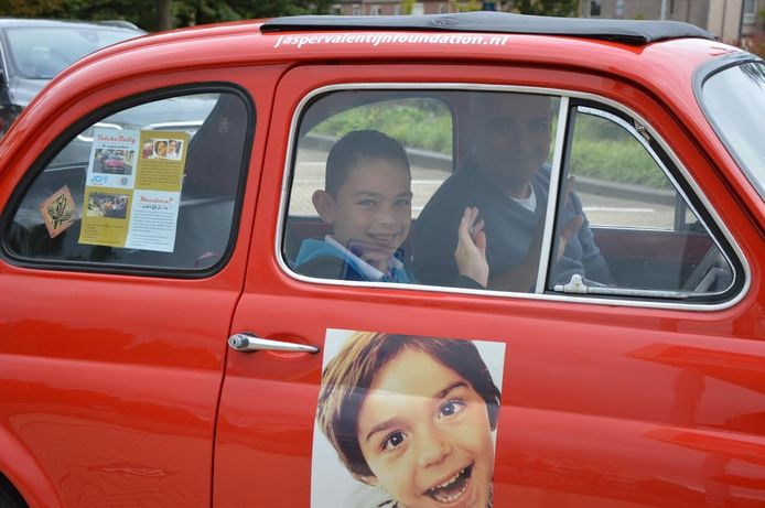 Vader Valentijn met zoon Lucas in de auto. foto Johan Matthee