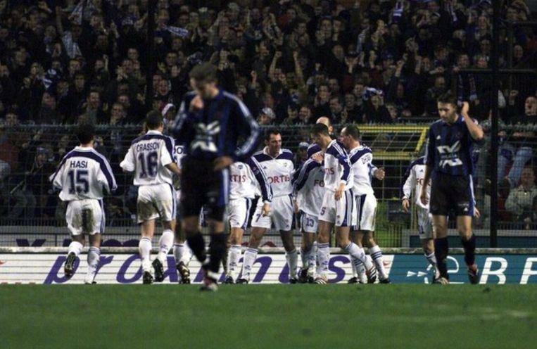 December 2000: Anderlecht viert, Club druipt af - en dat was ondertussen al héél vaak zo.