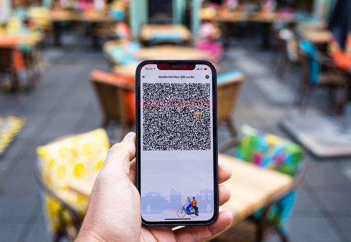 Een mobiele telefoon met de QR-code via de app CoronaCheck. Het kabinet voert een coronapas in voor toegang tot horeca en culturele instellingen.